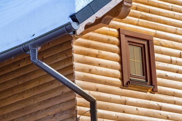 Hoek van nieuw houten warm ecologisch plattelandshuisje