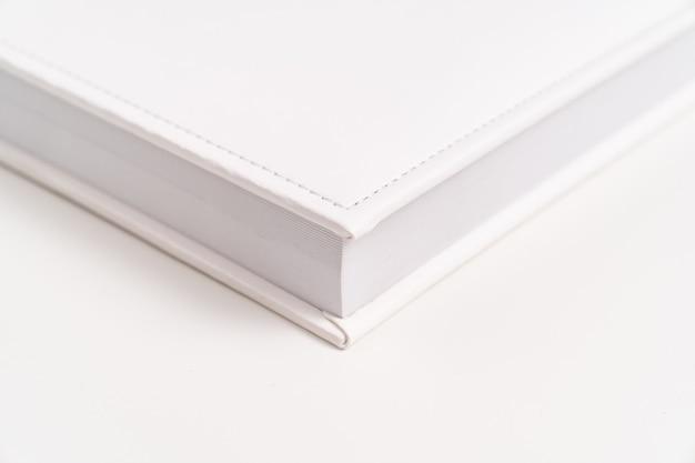 Hoek van wit boek in leren band. print producten. fotoboeken en albums. individuele producten.