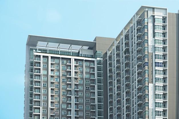 Hoekarchitectuur van flatgebouw of skyscape op blauwe hemelachtergrond