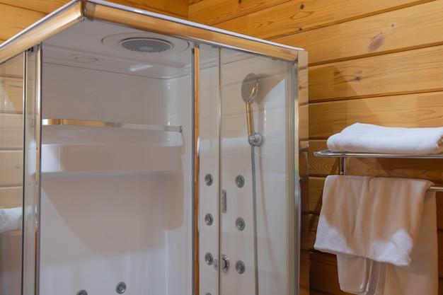 Hoekige douchewand met transparante deuren.