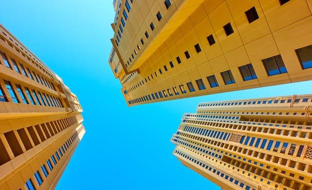 Hoekopname van moderne woonhuizen tegen de heldere blauwe lucht