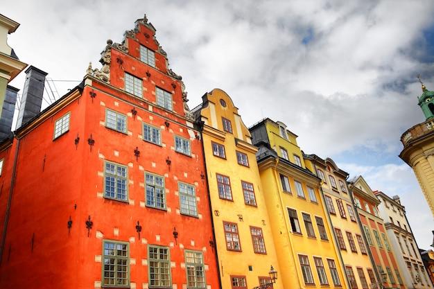 Hoekschot van huizen op het stortorget-plein in stockholm, zweden