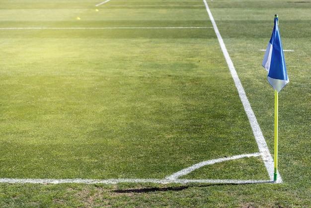Hoekvlag in een voetbalveld op een natuurgrasveld
