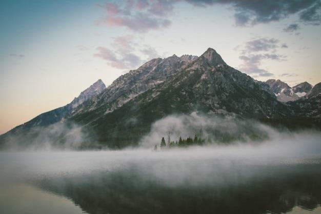 Hoge berg aan het meer