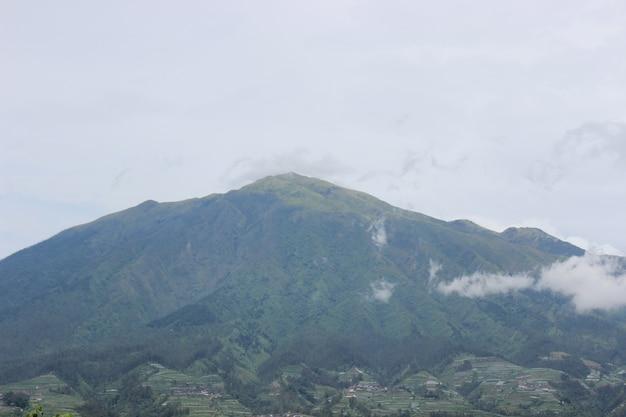 Hoge berg met bewolkte hemel