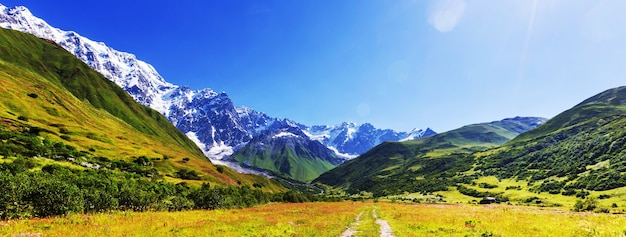Hoge bergen van de kaukasus. svaneti.georgië. bezengi muur.