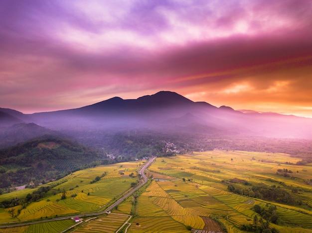 Hoge bergfoto's van rode lucht en zonsopgang