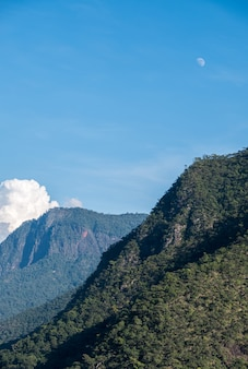 Hoge bergketen met het regenwoud in het nationaal park.