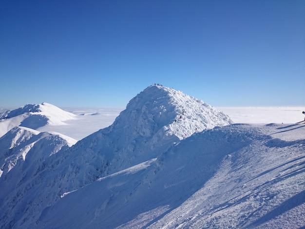 Hoge besneeuwde bergen in de winter