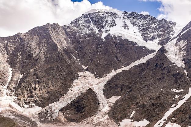 Hoge besneeuwde bergen van de kaukasus met uitzicht op de gletsjer zeven op de donguz orun-berg en nakra tau in de elbrus-regio