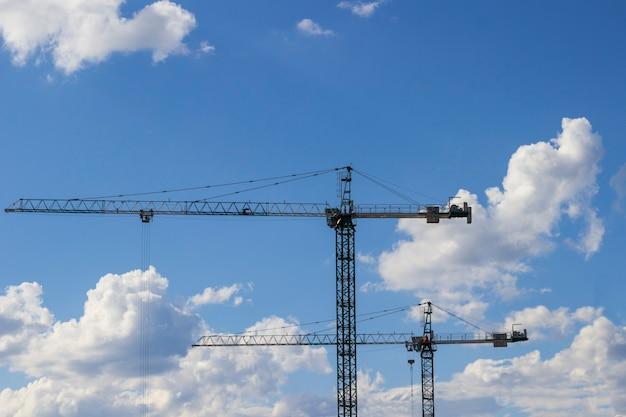 Hoge bouwkranen op een bouwplaats