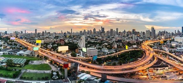 Hoge engel luchtfoto van bangkok centrum snelweg met wolkenkrabber gebouw panoramisch