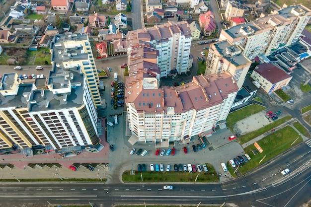 Hoge flatgebouwen en straten met verkeer in de woonwijk van de stad.