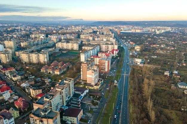 Hoge flatgebouwen en straten met verkeer in woonwijk van de stad