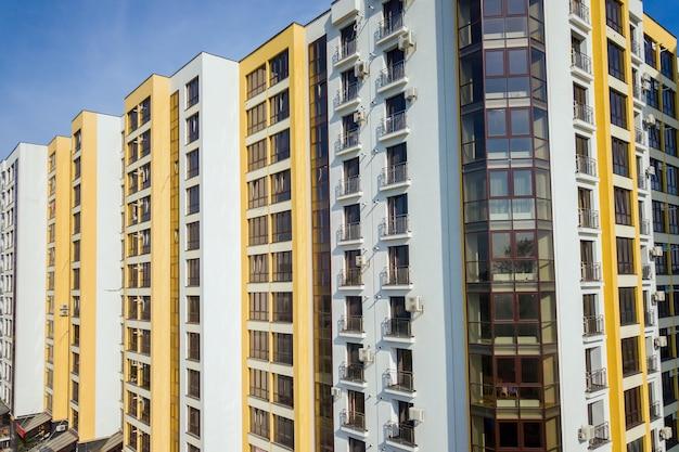 Hoge flatgebouwen in de woonwijk van de stad.