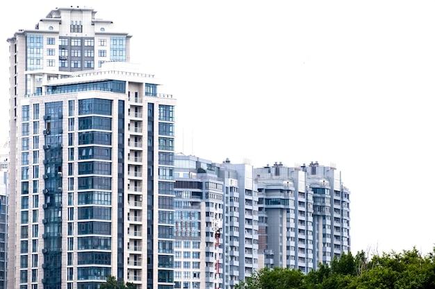 Hoge flatgebouwen of wolkenkrabbers in een nieuw elitecomplex. buitenkant van een moderne wolkenkrabbers met blauwe ramen in de hedendaagse woonwijk. ruimte kopiëren. Premium Foto