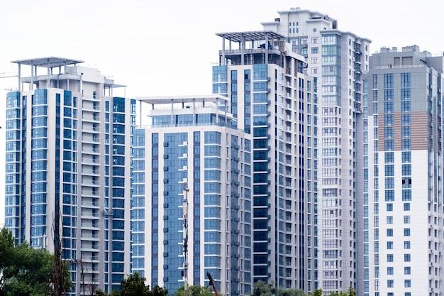 Hoge flatgebouwen of wolkenkrabbers in een nieuw elitecomplex