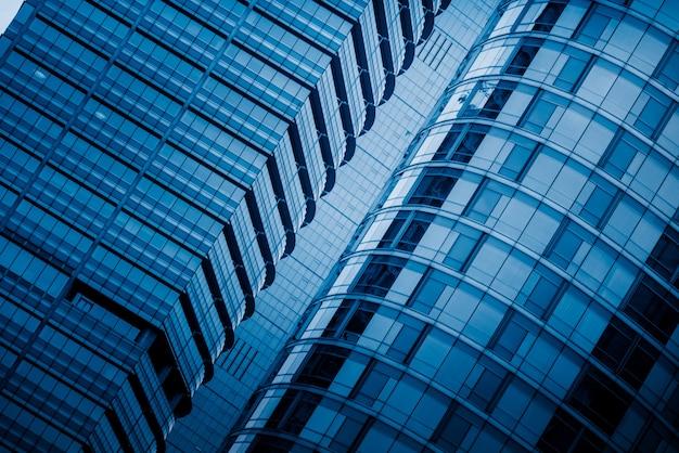 Hoge gebouwen in blauwe toon
