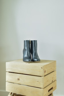 Hoge hak laarzen op houten kist in inloopkast
