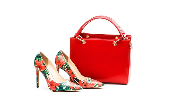 Hoge hak vrouwen schoenen en een tassen. stijlvolle rode dames leren sandalen schoenen. vrouw tas. damestas en stijlvolle rode schoenen. kleurrijke leren schoenen stiletto. stijlvolle klassieke dames leren schoen.
