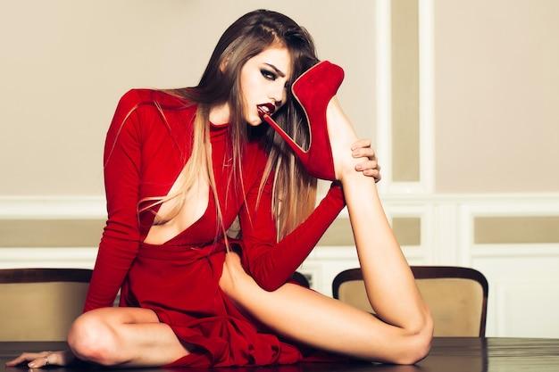 Hoge hakken concept sexy manier jonge vrouw die hiel likt