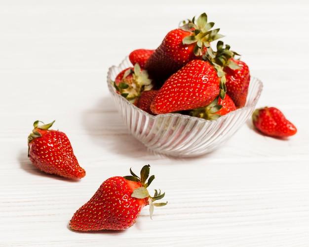 Hoge hoek aardbeien in kom