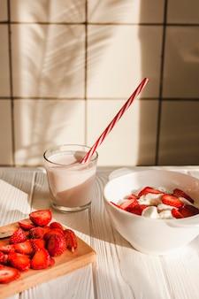Hoge hoek aardbeien met yoghurt