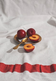 Hoge hoek abrikozen op plaat