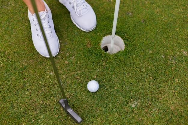 Hoge hoek actieve speler op de golfbaan
