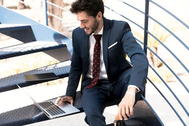 Hoge hoek advocaat in pak die op laptop werkt