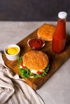 Hoge hoek amerikaanse hamburgers klaar om te worden geserveerd