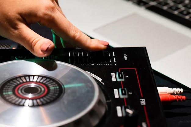 Hoge hoek apparatuur console voor dj
