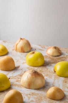 Hoge hoek appels en uien