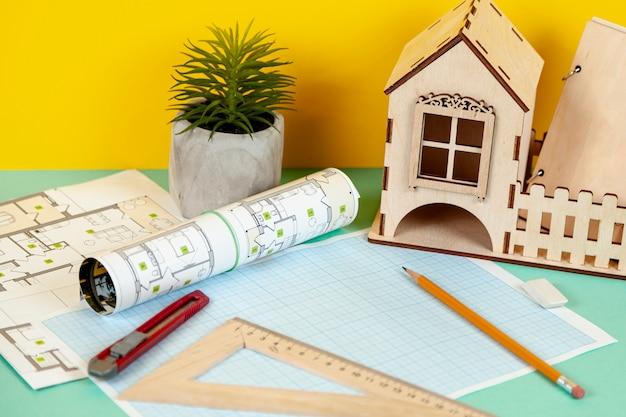 Hoge hoek architecturale voorwerpen op bureau