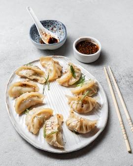 Hoge hoek aziatisch eten op plaat