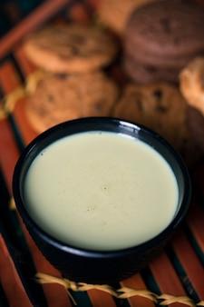Hoge hoek aziatische thee met koekjes op lijst