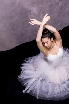 Hoge hoek ballerina zwaan positie
