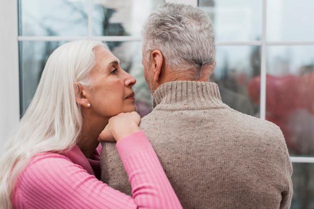 Hoge hoek bejaarde echtpaar thuis