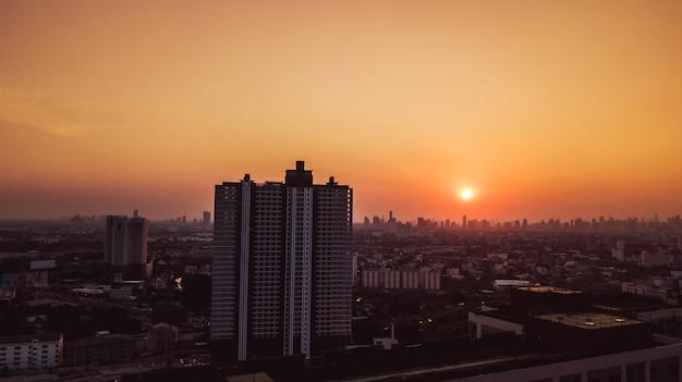 Hoge hoek bekeken luchtfoto van landschapsstad en zonsondergang