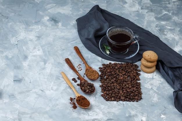 Hoge hoek bekijken koffiebonen, kopje koffie met koffiebonen, instant koffie
