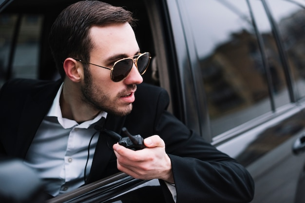 Hoge hoek beveiligingsmens in auto
