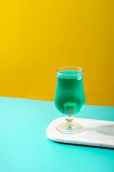Hoge hoek blauwe drank in glas