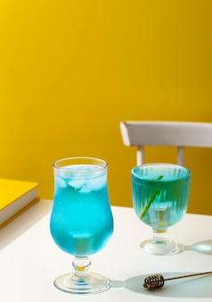 Hoge hoek blauwe drank in glazen