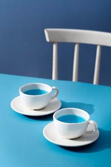 Hoge hoek blauwe drank in kopjes