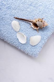 Hoge hoek blauwe handdoek met schelpen