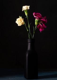 Hoge hoek bloeiende rozen in vaas