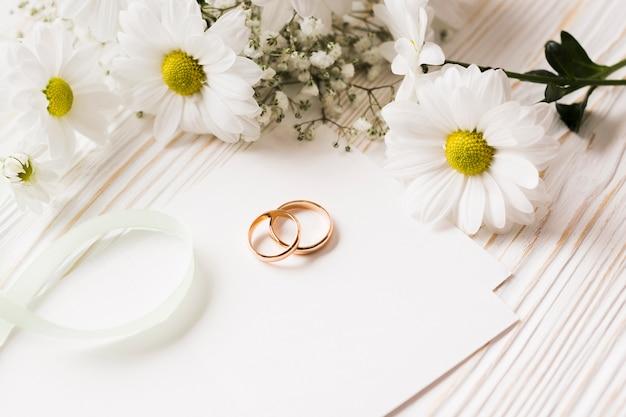 Hoge hoek bloemen en verlovingsringen
