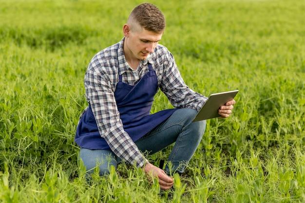 Hoge hoek boer met tablet