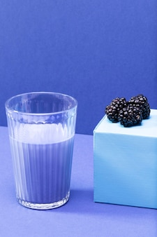 Hoge hoek bramen en smoothie in glazen fles