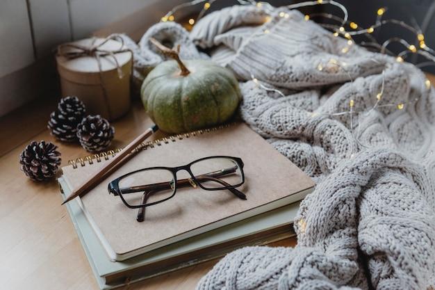 Hoge hoek bril en agenda met pompoen en pullover